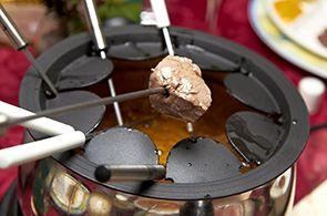 Per preparare la fonduta bourguignonne prendete un pentolino e scaldate l'olio extra vergine d'oliva.  Tagliate a cubetti il filetto di manzo e disponetelo nei piatti dei commensali.  Tagliate il Roqu