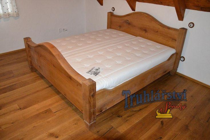 Manželská postel s obloukovým čelem, dubové dřevo. Drásaná, chemicky zbarvená, nátěr olejem.