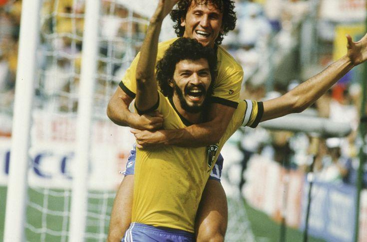Sócrates e Zico comemoram gol contra a Itália na Copa de 1982, na Espanha.