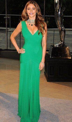 София Вергара в длинном зеленом платье