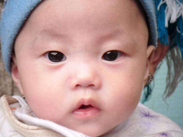 Jana vive con una familia de acogida en Guizhou y florece cada mes! Los informes de nuestra manager dicen que cada día está más activa y que le gusta balbucear! Nos encanta verla crecer!
