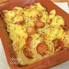Este gratén de patatas con salchichas es un plato sabroso y consistente para toda la familia. Resulta muy fácil de preparar y es perfecto también para los peques de la casa.