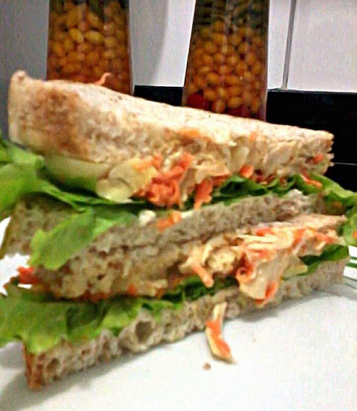 Receita de Sanduíche natural de frango bem temperado. Enviada por Patricia e demora apenas 15 minutos.