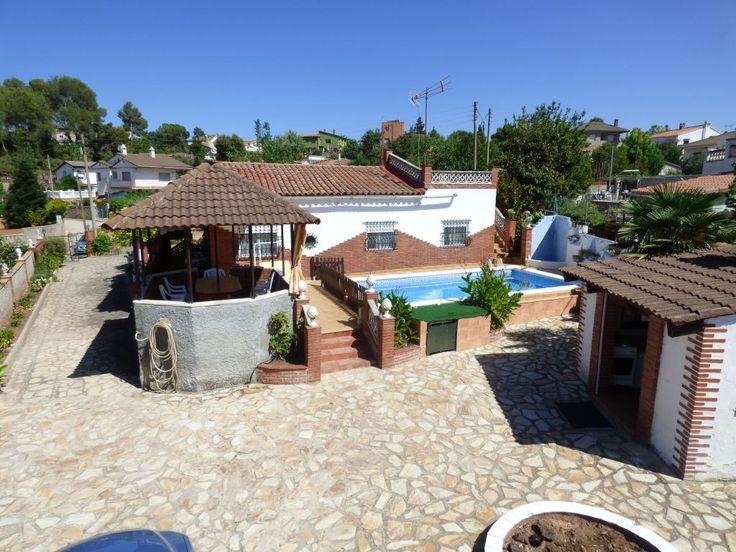 Chalet en venta en la Urb. La Vall de Montserrat en Castellbell i el Vilar de 104 m2 construidos y 1080 m2 de superficie parcela. La casa está distribuida en cocina independiente, comedor, 2 habitaciones dobles, 2 habitaciones sencillas,  un baño con bañera, 2 trasteros y lavadero de 18m2. Garaje de 14m2, cocina de verano completa equipada con barbacoa y terraza de 300m2 con piscina. Equipada con mosquiteras en todas las ventanas, muebles y electrodomésticos. Ventanas de aluminio con vidrios…