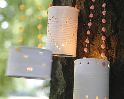 Sanftes Kerzenlicht sorgt für romantische Stimmung. Mit den selbst gemachten Windlichtern kann man viel machen - zum Beispiel an schönen Bändern in einem...