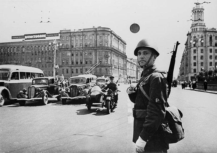 1941 год. Милиционер на посту. Улица Горького