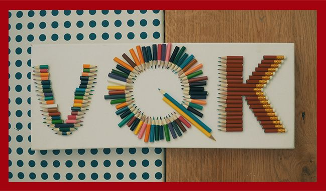 DIY - FAI DA TE Scrivete ancora con i pezzettini di matite che vi sono rimasti realizzando un quadro con le vostre iniziali