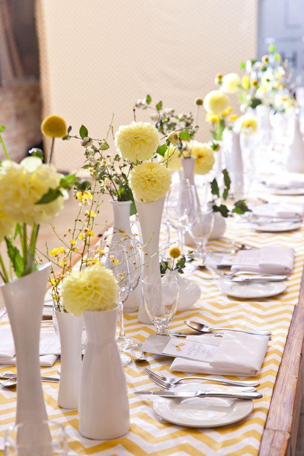 Decor de table dans les tons jaunes pour un mariage.