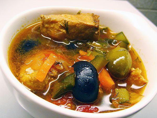 Первые блюда из рыбы очень вкусны и полезны. Приготовление солянки по этому рецепту не займет у вас много времени, а его вкус точно понравится вам и вашим близким! Рыбная солянка приятно разнообразит ваше домашнее меню. Продукты для приготовления солянки: 500 г рыбы, 4-5 соленых огурцов, 1-2 головки лука, 2-3 свежих помидора или 2 столовых ложки