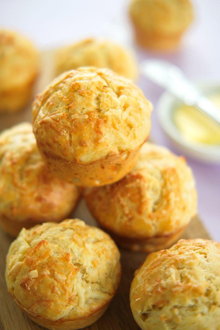 I dag lager du ostemuffins med cheddar! De er utrolig gode og latterlig enkle å lage. Spises som snacks, tilbehør til suppe eller turmat. Denne oppskriften inneholder den hemmelige ingrediensen for saftige muffins. http://www.gastrogal.no/ostemuffins/ #Bakverk, #Cheddar, #Egg, #Ost, #Ostemuffins, #Snacks, #Tilbehør, #Vegetarisk, #Yoghurt