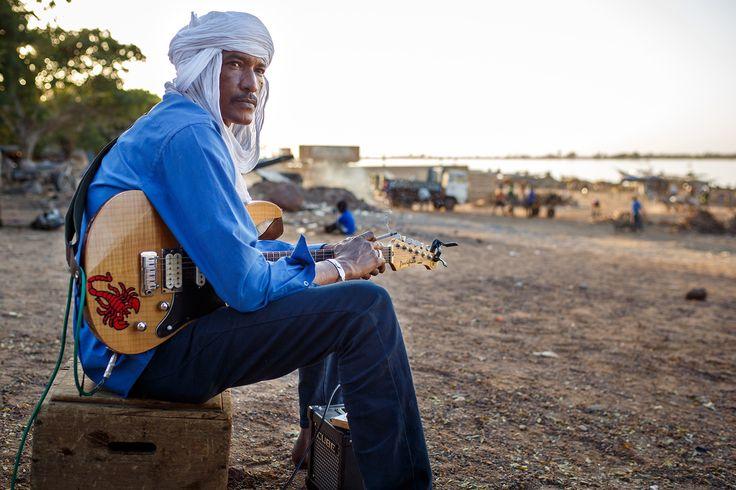 """Ahmed Ag Kaedi und seine Band Amanar spielen den berühmten """"Desert Blues"""", eine moderne Variante der traditionellen Tuaregmusik. Momentan leben alle Musiker im Exil, von den Islamisten aus ihrer Heimat, der Wüste, vertrieben. © Konrad Waldmann, 2016"""