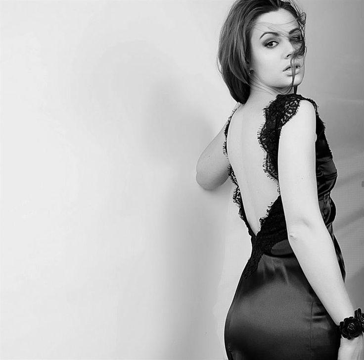 Красивое чёрное классическое платье с вырезом на спине