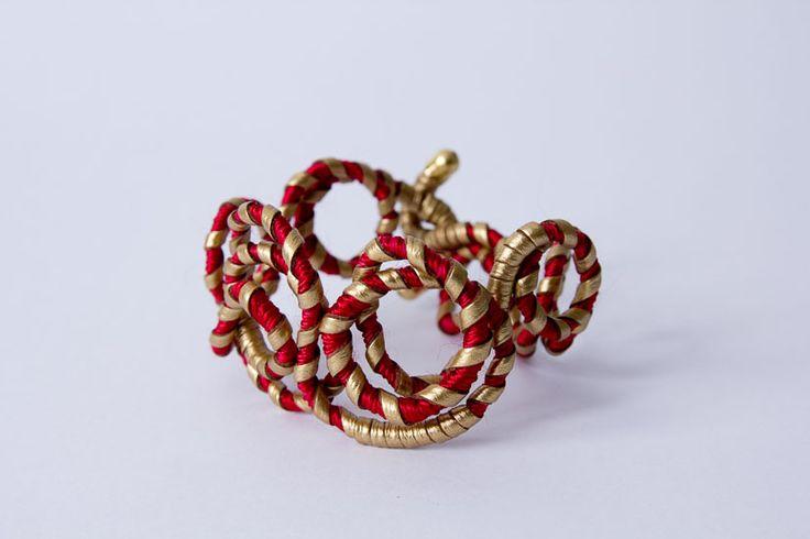 Pulseira Improvvisato exclusiva  de arame enrolado com fios encerado vermelho e camurça dourado.