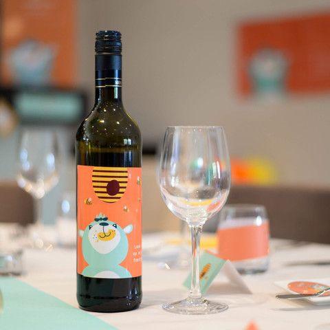 Enkele wijnflessen met een gepersonaliseerd etiket van Honingbeertje Hans maken van je feesttafel iets heel bijzonders! #bottlesticker #babyborrel #communie #kinderfeestje #beaublue