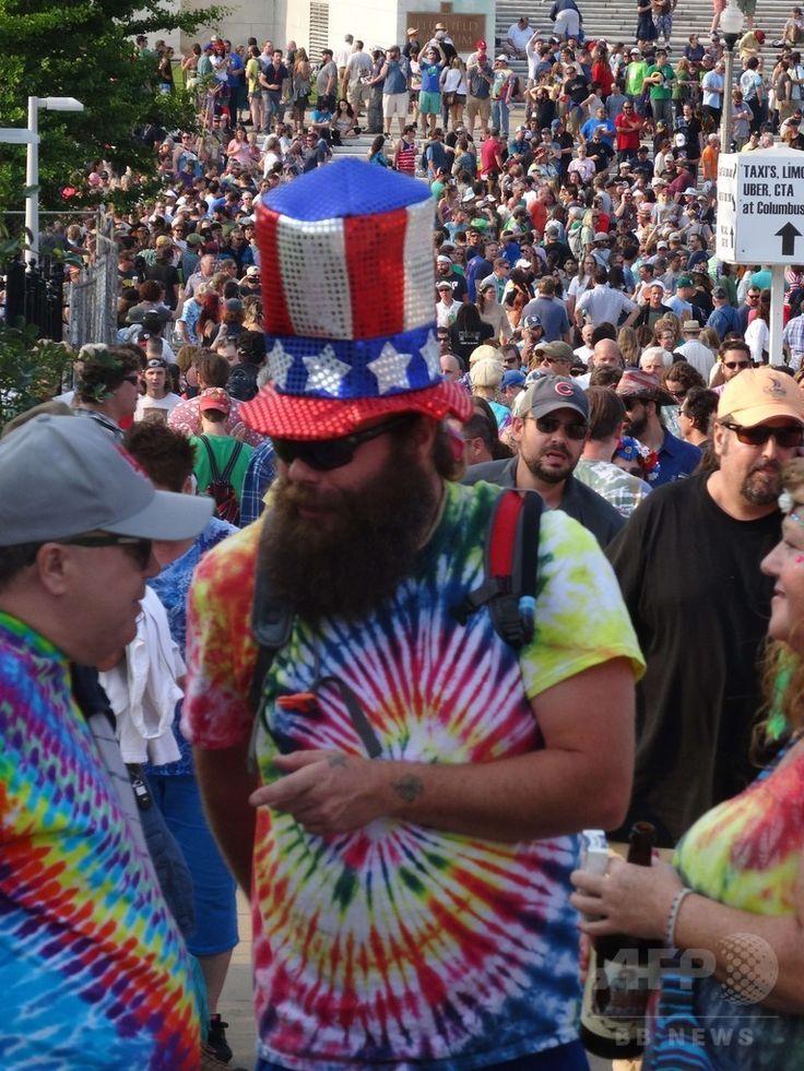 米イリノイ州シカゴのスタジアム「ソルジャー・フィールド」周辺に集まった「デッドヘッド」たち(2015年7月3日撮影)。(c)AFP/SHAUN TANDON ▼7Jul2015AFP|グレイトフル・デッド、米シカゴで最後のコンサート http://www.afpbb.com/articles/-/3053880 #Soldier_Field