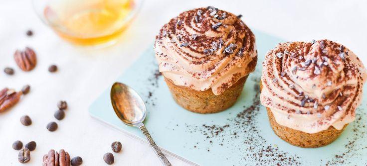 Fyldige kager med crunch og en rund og skøn smag fra ristede nødder - toppet med blød nougat og kaffecreme. En ny voksenfavorit.