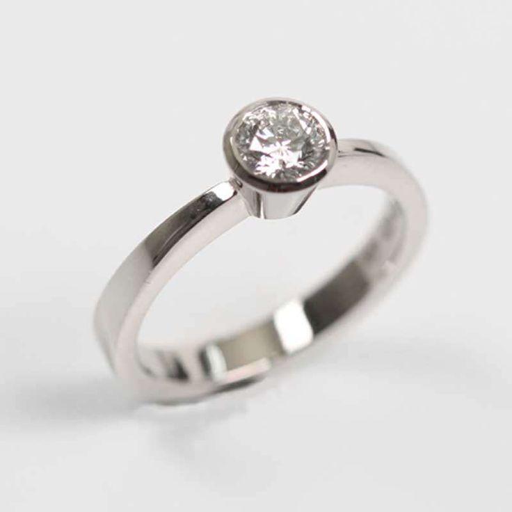 Perinteinen yksikivinen timanttisormus, jossa kulmikas runko korostaa timanttia joka on kooltaan 0.57 ct. AU-Holmbergin verstaan omaa mallistoa. www.au-holmberg.fi