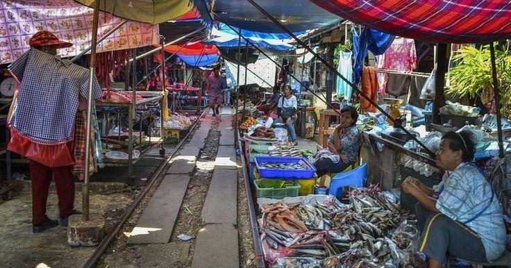 Es en Tailanda donde existe un mercado sobre las vias del tren, esto podría no sonar extraño, pues muchos mercados se montan de esta manera. Sin embargo lo curioso de esto, es que el tren suele pasar mientras el mercado esta funcionando, y mientras todas las cosas siguen montadas sobre las vias. ¿Cómo lo hacen? Mira el video