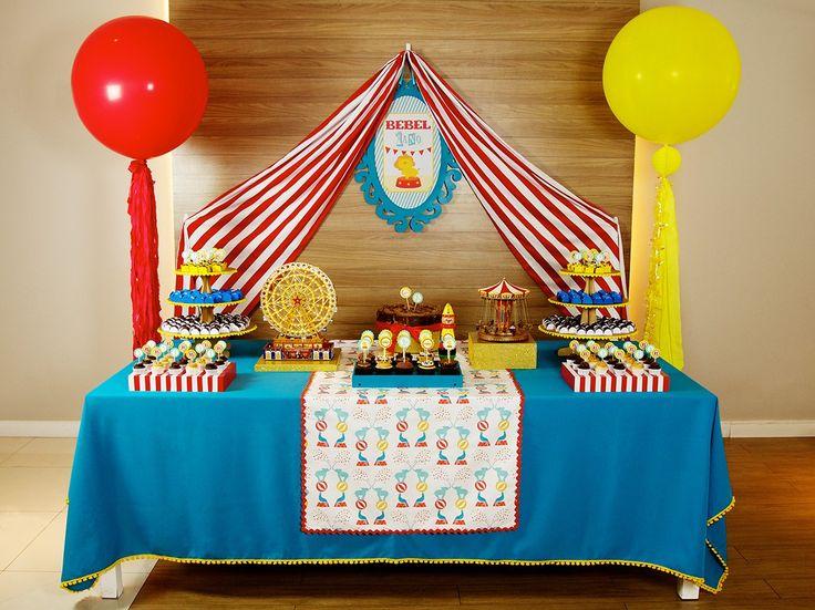 Balão Vermelho Gigante enfeitando nossa mesa de Circo