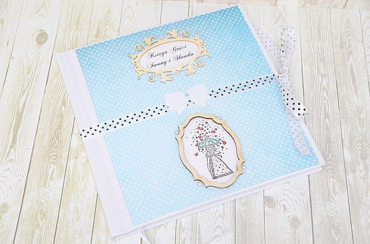 Unikatowa, ręcznie wykonana księga gości weselnych w kolorze błękitnym. W zestawie także piękne pudełko do przechowywania księgi. Możliwość personalizacji!  Zapraszamy do sklepu ślubnego Madame Allure!