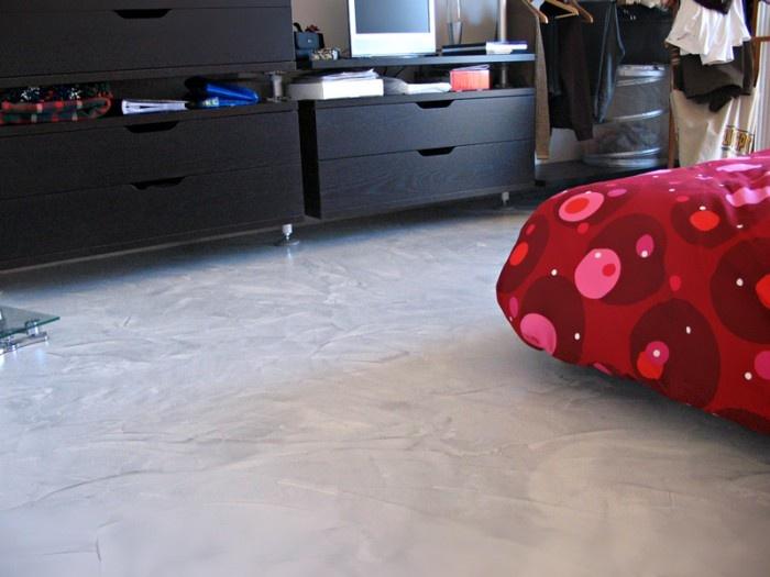 Le resine permettono diversi effetti, tra cui quello materico, come in questo pavimento. Chiedi a Tecno Superfici di realizzarlo per te!