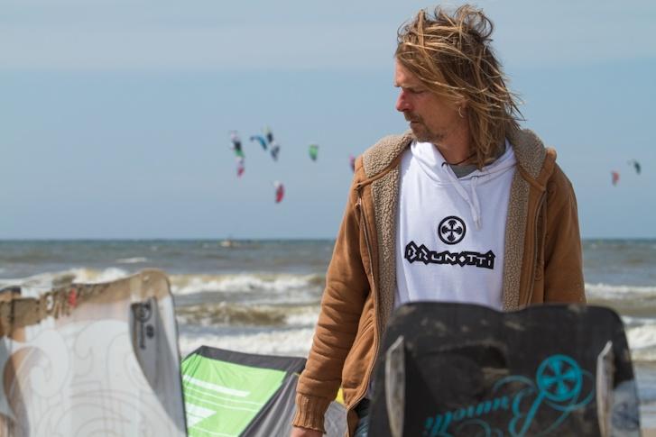 Boardshaper Jinne Sietsma @ the beach