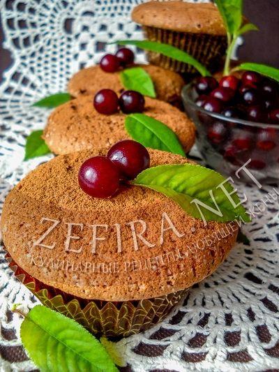 Шоколадные бисквитные кексы с вишней - рецепт и фото