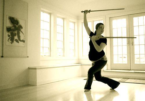 Embarazada practicando la doble espada