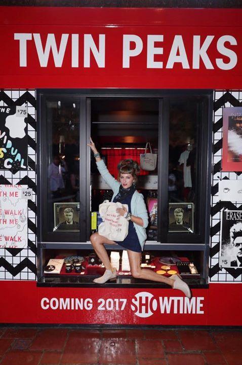 "welcometotwinpeaks: ""Кимми Робертсон внутри ""Твин Пикс"" канал Showtime бут мерч прямо сейчас! #FestivalOfDisruption http://ift.tt/2eeCVJH через http://ift.tt/OF8QRD """