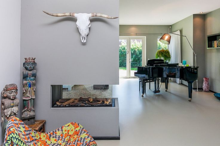 Moderne, exclusieve VILLA gelegen in een kleinschalig villapark. De woning is gekenmerkt door de flauw hellende daken en de forse overstekken.  Deze stijlvolle en op hoogwaardige, traditionele wijze gebouwde villa heeft een fraai aangelegde tuin ro