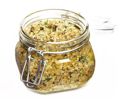 Kantarellpesto | En annorlunda pesto som snabbt kommer att bli en favorit. Du mixar ihop ost och pinjenötter med basilika och kantareller och blandar röran med intensiv olivolja. Läckert, smakrikt och alldeles underbart!