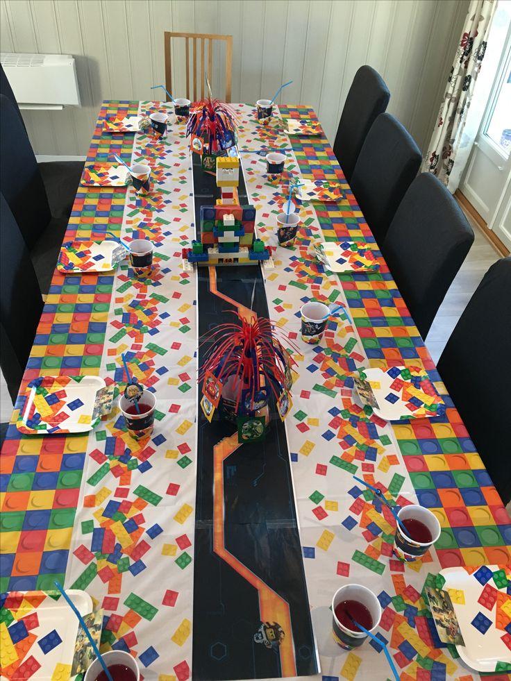 Lego Nexo Knights table decorations: Made by Lego birthday kit + Lego Nexo Knights birthday kit printouts (lego.com + http://daisycelebrates.blogspot.no/2016/03/nexo-knights-birthday-party-printable.html)