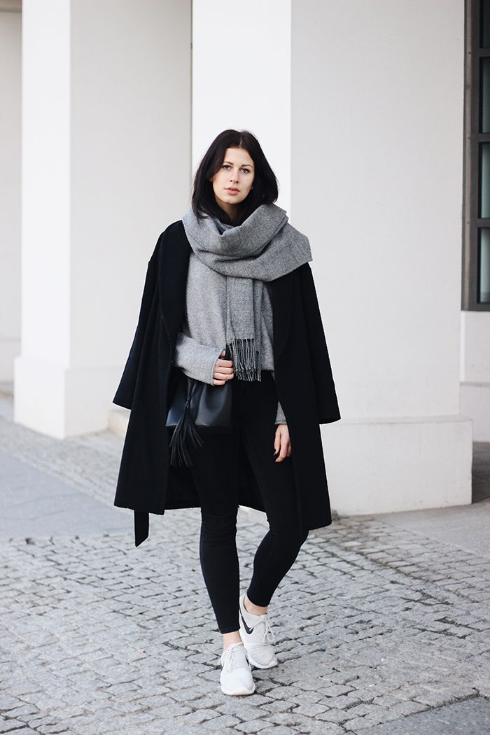 Elisa from the Fashion- and Lifestyleblog www.schwarzersamt.com is wearing a black coat from H&M, a grey sweater from Tom Tailor, roshe runs from NIKE and skinny jeans. It's a minimal, cozy and comforty day look in grey and black.