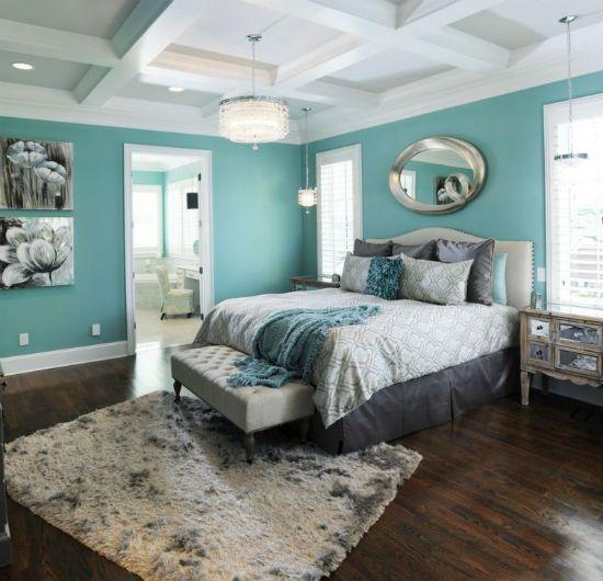 Сочетание бирюзовой отделки стен спальни с белым потолком и коричневым полом