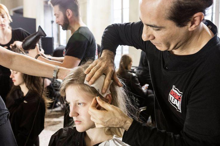 Backstage della sfilata di Au Jour Le Jour: l'artistic team Toni&Guy diretto da Fabrizio Palmieri di Toni&Guy Academy MILAN! #MilanoFashionWeek L'artistic team ha creato gli hairlook preparando i capelli con la Volume Lift della linea Tecni.ART di L'Oréal Professionnel.  Seguici su https://facebook.com/TONIGUYITALIA/