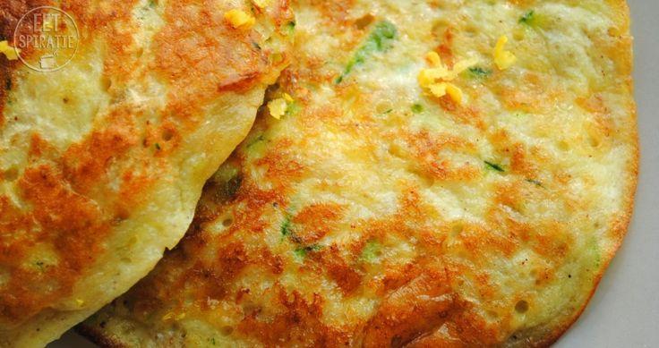 Groentenpannenkoekjes gemaakt van courgette, ei en kruiden. Ofterwijl: pannenkoekjes van courgette met tzatziki. Heerlijk met een stukje vis.