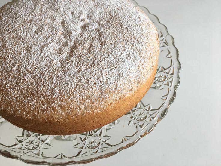 Sverigekaka/pensionärskaka. God sockerkaka med vaniljfyllning i mitten.
