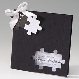Vierkante, zwarte trouwkaart met puzzelprint en lint.