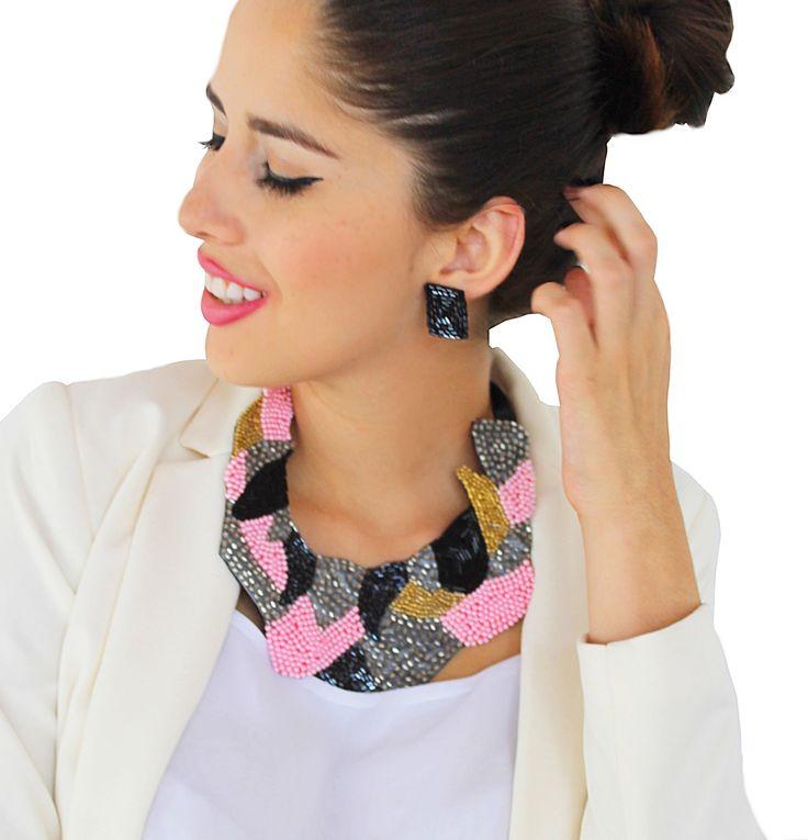 ¿Quieres lucir elegante y sofisticada? ❤ En Arena tenemos accesorios en diseños innovadores y exclusivos para hacerte lucir moderna y con estilo  En la foto collar mayo disponible en www.liniofashion.com.co ❤si quieres conocer más de nuestro trabajo contactanos a arenabyastrid@gmail.com, skype: arena.byastridcarolina o a nuestros teléfonos de contacto #necklace #collar #mayo #moda #fashion #trendy #accesories #diseño #handmade