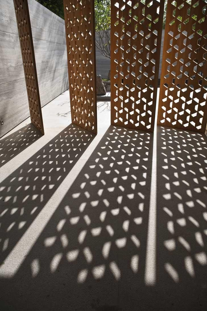 Geometric timber or metal outdoor screen Amrita Shergil Marg House, by ERNESTO BEDMAR ARCHITECTS