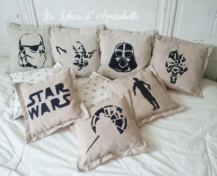 """Coussin """"Star Wars Maître Jedi"""" en lin et tissu blanc étoiles couleur lin."""