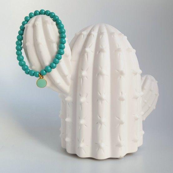 Donker Turquoise armbandjeaccesoireEen donker turquoise armbandje dat je kunt dragen als accessoire bij fleurige kleding of om je winterkleding wat op te vrolijken! Het handgemaakte armbandje is elastisch, dus makkelijk te dragen en om te doen. Leuk als cadeautje voor jezelf of voor een ander. Ook leuk te combineren met ...