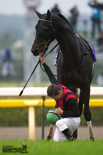 [フォト]天皇皇后両陛下へ最敬礼するM.デムーロ騎手   競馬ラボトピックス   競馬ラボ