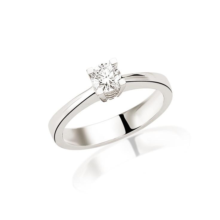 LRY167 este un inel de logodna clasic prin forma sa. Avand un diamant de 0.40 carate si linii simple, acesta poate fi purtat foarte bine pe acelasi deget cu verigheta. Pretul pentru LRY167 din aur alb de 18K si diamant de 0.40 carate este de 6192 lei. Detalii aici http://www.bijuteriilarosa.ro/inel-logodna-lry167