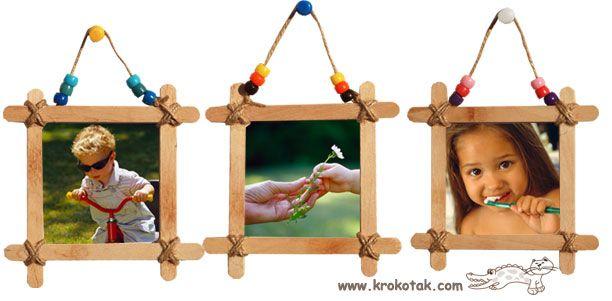 Ce cadre photo est vraiment facile à faire - il suffit de relier 4 sucette bâtons ensemble pour faire un cadre. Nous avons fait 3 images qui nous pendait ensemble. Choisissez carton épais pour la base pour faire vos cadres lourd.