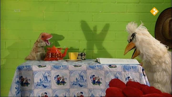 HBB Schaduw - Aflevering 449. Carlijn en Raaf maken dierenfiguren met behulp van schaduw. Carlijn legt uit hoe schaduw precies werkt. Ook ontmoet ze een poppenspeler die veel met schaduwen werkt in zijn voorstelling. raaf  licht  schaduw  theater  podium  pop