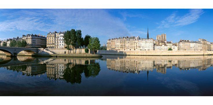 The Ile Saint Louis and the Ile de la Cité reflected in the Seine. Arnaud Frich Photographie