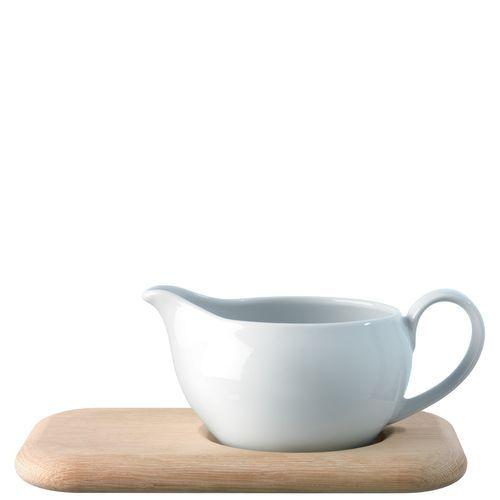 DINE Sauciere aus Porzellan auf einer Eichenholzplatte, mit einer flachen Mulde, so dass die Sauciere nicht so leicht verrutschen kann  Inhalt 450 ml  Höhe 10 cm  Länge 23 cm