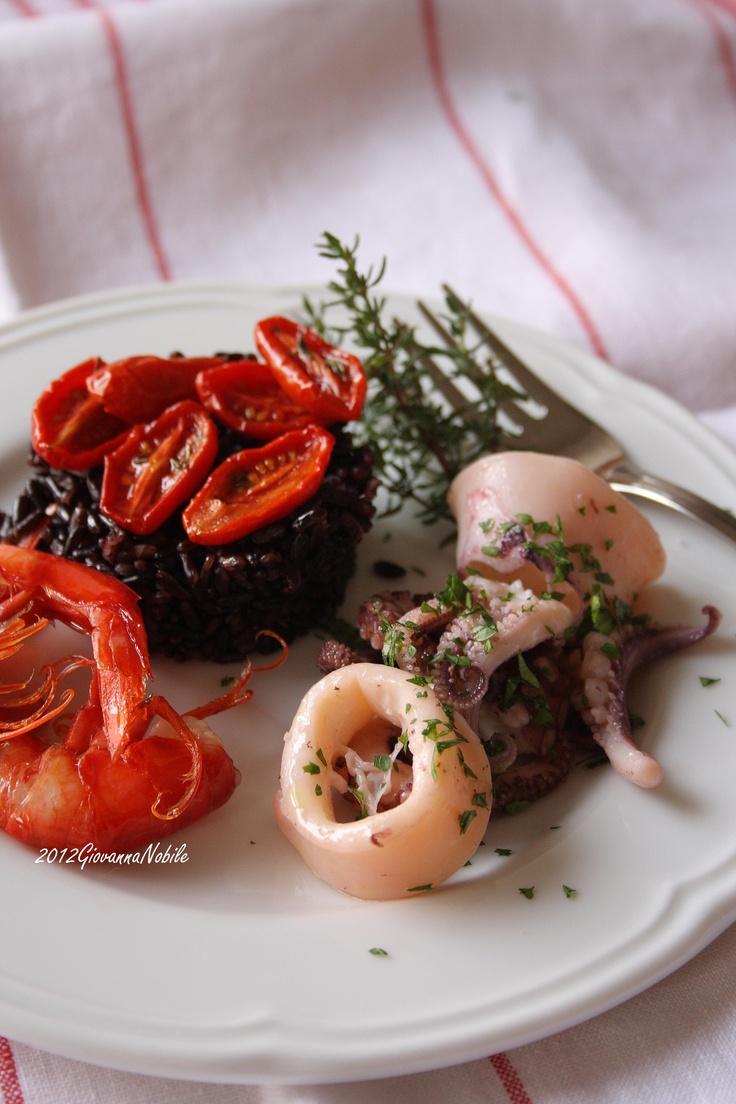 Misto di mare: gamberi rossi, calamari, polpi e riso venere