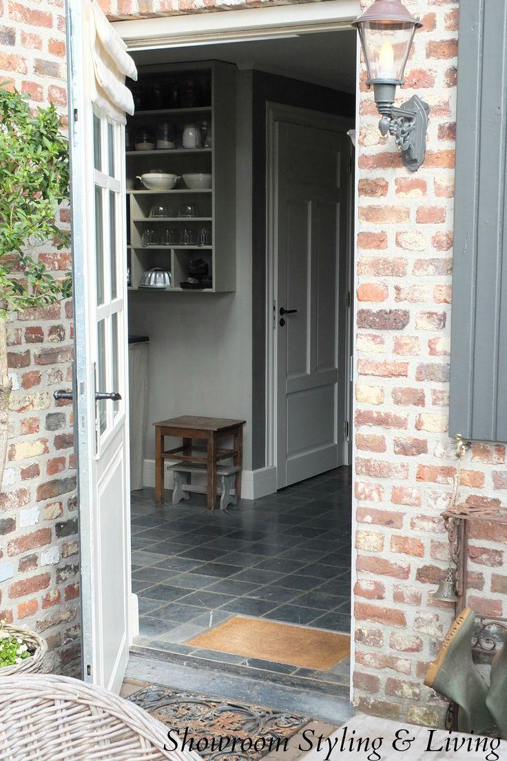 Achterdeur met blik op bijkeuken.  Showroom stylingandlivingshop.nl